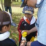 山菜採りの前に簡単な遊びで参加者の気持ちをほぐします