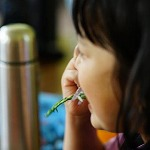 美味しそうに山菜の天ぷらを食べる小学生