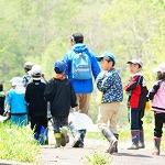 山菜採りに出発する小学生グループ